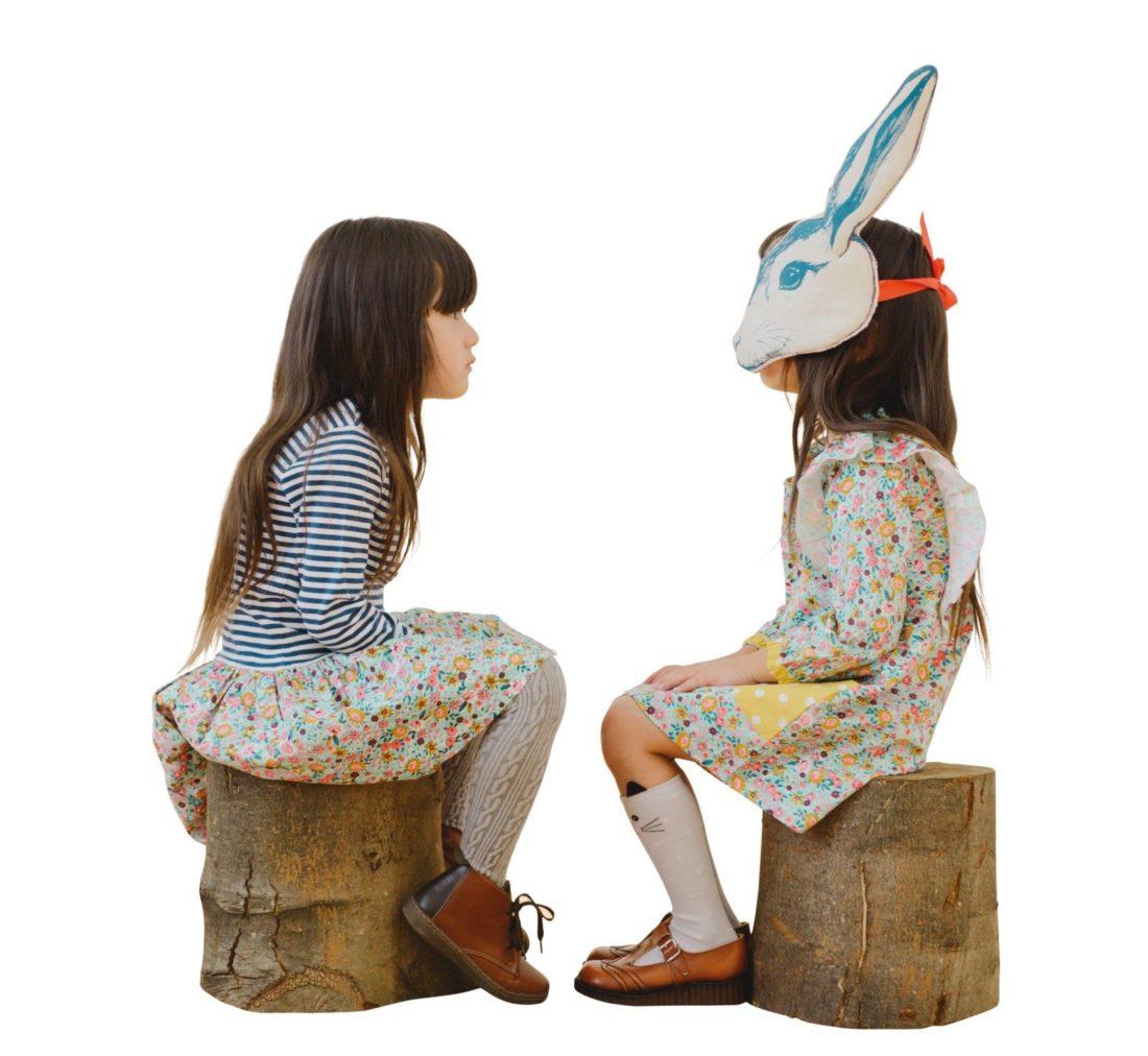 LiLli & Sid: Mädchen & Hasen Mädchenkleider im Vintagestil mit Blumenmustern (je 40 €) www.lillyandsid.com