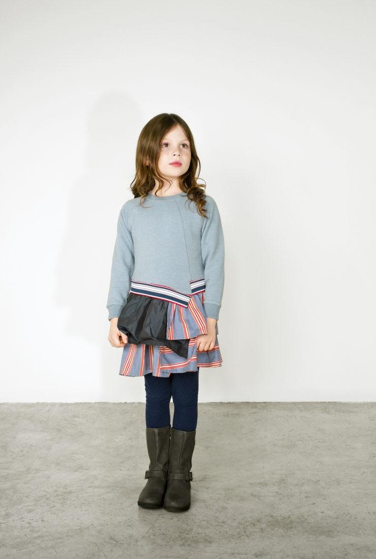 No added sugar: Asymmetrisch Gradlinig Kleid aus Sweatstoff mit asymmetrischem Bund (109 €), Strumpfhose (16 €) www.noaddedsugar.com