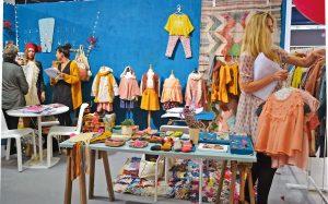 Voller Leben und Neugier: In Paris, der Hauptstadt der Haute Couture, fällt auch für die Kindermode das Interesse hoch aus.