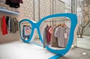 Großes ganz klein, oder Kleines riesengroß: Mit überraschenden Proportionswechseln lassen sich ebenfalls aufmerksamkeitsstarke Hingucker gestalten. Ein Beispiel sind die großen Brillenkleiderständer, die Millington Associates für einen Pop-up-Store von Stella McCartney entworfen hat.