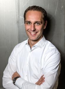 Johannes Schlamminger (35), verheiratet und Vater von drei Kindern, ist seit 2010 in verschiedenen Positionen bei CYBEX tätig. Er verantwortete zunächst als Director Sales Europe das europäische Vertriebsgeschäft, wurde 2012 Vice President Sales Global. Bis zu seinem Eintritt bei CYBEX spielte Johannes Schlamminger beim BBC Bayreuth professionell Basketball.