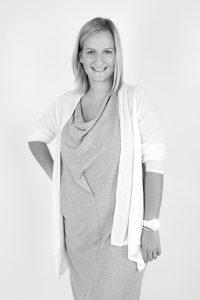 Die ausgebildete Scheiderin Nadine Lacher absolvierte ihr Designstudium an der Deutschen Meisterschule in München. Vor acht Jahren kam sie aus der Herrenoberbekleidungsbranche zu Paulina, weil ihr dort die Farben und die Vielseitigkeit fehlten.