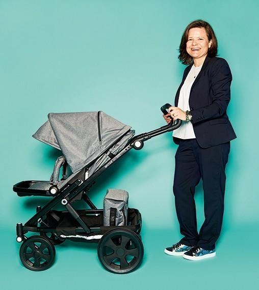 """Carolina Olsson, Senior Produkt Manager von Britax Römer, mit Kinderwagen """"Britax GO BIG"""""""