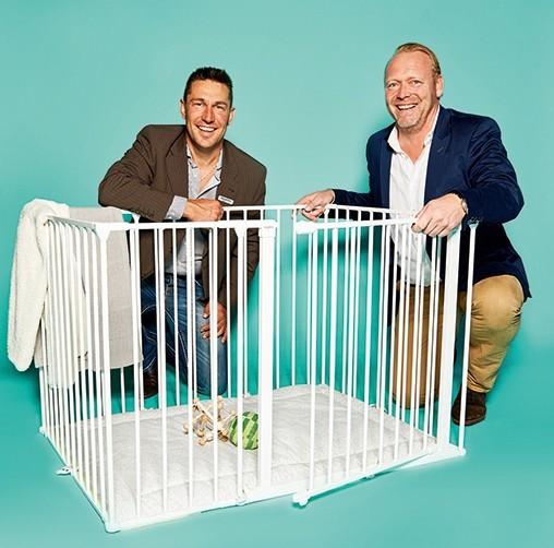 """Björn Wörner und Torge Holzmann, Account Manager von Baby Dan, mit Laufstall """"Square Park"""""""