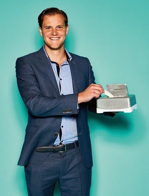 Erik Hoeve, Account Manager von Luma Babycare, mit Easy Wipe box