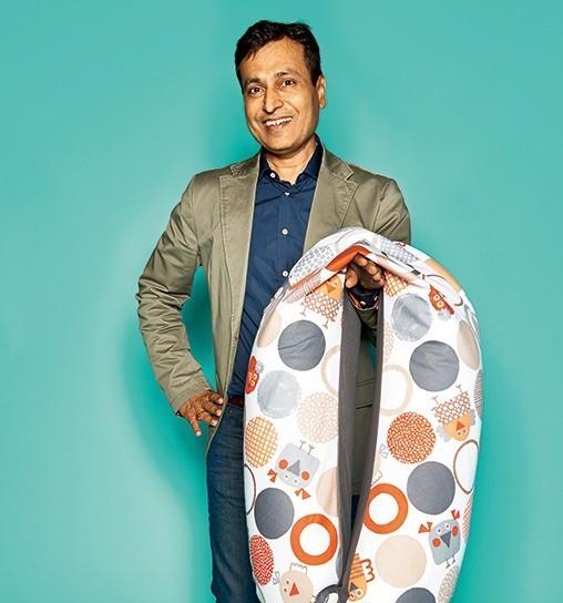 """Anil Gupta, Geschäftsführer von Joyfill, mit Stillkissen """"Flex O Fill"""" (Tox-Proof)"""