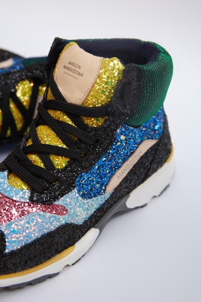 Im All-Over-Glitzer-Look erinnert der Schuh an knallige Plateausneaker der 90er.