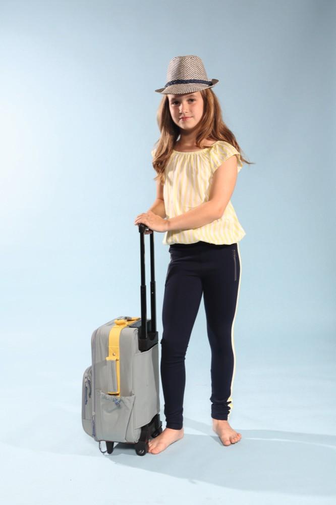 Elisa mit Indian Blue Jeans mit Hut von Maximo und Koffer von Lässig beim Childhood-Business-Shooting auf der Kids Now im Sommer 2018