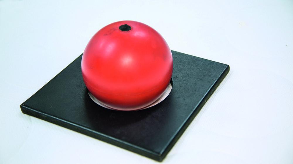 Ist die Matratze fest genug, das zu starke Einsinken des Kopfes zu verhindern, berührt die Kugel den Rand der Schablone nicht.