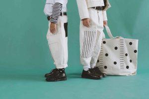 Die weit-geschnittenen Ballon-Hosen sind eines der Key-Pieces des Labels Même und dürfen daher auch in der Sonderkollektion natürlich nicht fehlen.