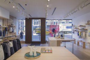 """Die Modegeschäfte in der Madison Avenue bringt zahlreiche """"Window-Shopper"""" an."""