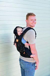 Baby Tula bietet diverse Varianten des Tragens an, welche die Bindung zwischen Eltern und Kind stärken.