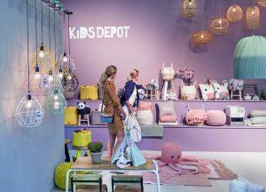 Die Aussteller der Kind+Jugend präsentieren nicht einfach nur neue Produkte, sondern inszenieren diese oftmals aufwendig. So lassen sich Markenimages stärken und zugleich Anregungen für eine konsumfördernde Aufmachung im Fachhandel transportieren.