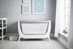 """Von anfang an Die """"Air Bedside Crib"""" von Shnuggle lässt sich als Beistellbett nutzen und später zu einem Kinderbett umbauen, sodass man möglichst lange etwas vom Möbelstück hat. www.shnuggle.com"""