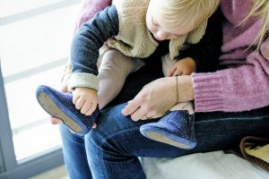 Gut Für die Umwelt und das kind Mit einer Sohle aus recyceltem Gummi und einem Obermaterial aus Wolle ist der First-Steps-Schuh der Marke Dusq – ein noch junges, niederländisches und für seine Wickeltaschen bekanntes Label – eine umweltschonende Alternative. www.dusq.nl
