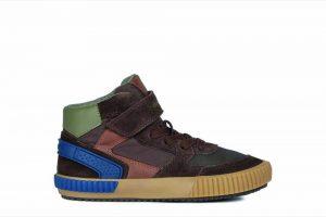 Ein herbstlicher Sneaker- Look, von Geox in Naturtönen, mit sportiven, blauen Farbakzenten.