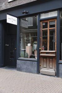 Getreu dem Markenname: Die graue Ladenfront des Stores von Gray Label in der Huidenstraat in Amsterdam.
