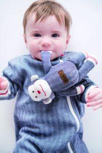 Vom süßen Kuschelaffen über wärmende Schlafsäckchen bis hin zu kleinen Krabbelschühchen – das Label Juddlies Design bedient viele Bereiche im Leben junger Eltern.
