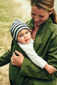 Ob Babybauch oder Baby: Die gemütlichen und wetterfesten Tragejacken von Mamalila bieten vor und nach  der Geburt immer viel Platz.