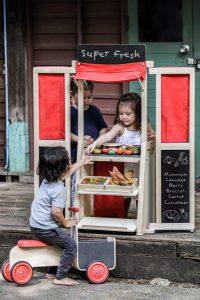 Kaufladen und Puppentheater in einem: das Play Set von PlanToys.