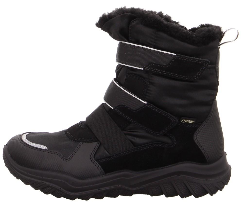 Kein Fan von quietschig bunten Schuhen? Dann sind die Stiefel von Superfit eine klassische und zurückhaltende Alternative.
