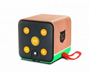In Verbindung mit einer App auf dem Smartphone oder auf dem Tablet wird die deutlich an Toniebox angelehnte Tigerbox zum Wiedergabegerät für Hörspiele und Kindermusik. Es lässt sich zugleich direkt am Gerät vor- und zurückspulen, pausieren sowie in der Lautstärke regulieren. www.tiger.media/tigerbox