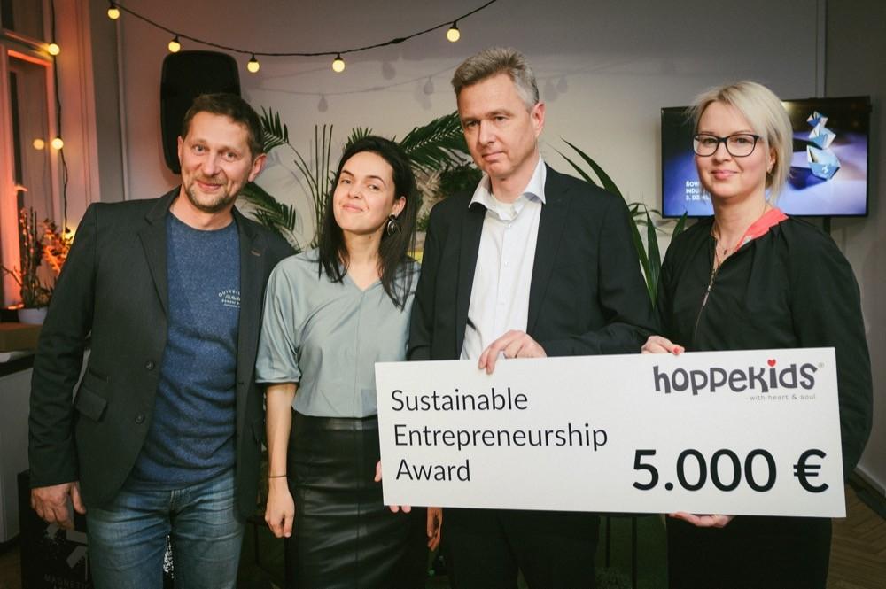 Die stolzen Preisträger von Babies (li.) mit dem aktuellen dänischen Botschafter Flemming Stender (2.v.r.) und Inese Leja-Raphael (re.) von der Handelskammer.