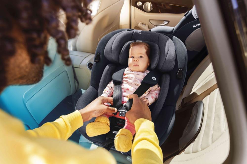 Der Maxi-Cosi Mica macht es Eltern ganz leicht, ihr Kind ins Auto zu setzen und anzuschnallen.