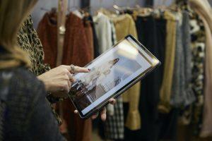 Lookbooks auf dem Tablet, Apps auf dem Handy zum Scannen der Kontaktdaten der Besucher und Ordersheets auf dem Laptop: Die digitale Welt gehört schon länger zur Order dazu. Nun will die Pitti ihr Angebot noch stärker ausbauen.