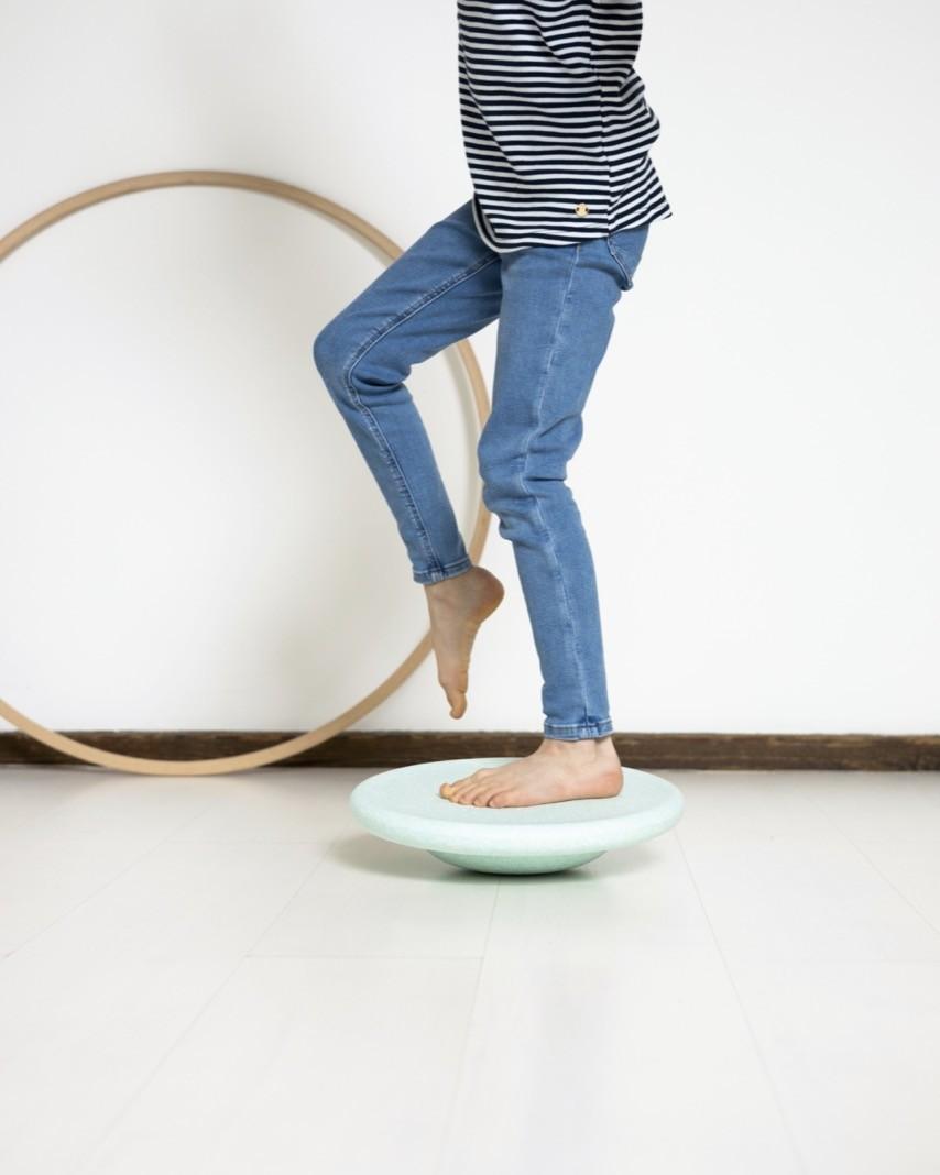 Das Stapelstein-Balanceboard sorgt spielerisch für ein gutes Gleichgewichtsgefühl
