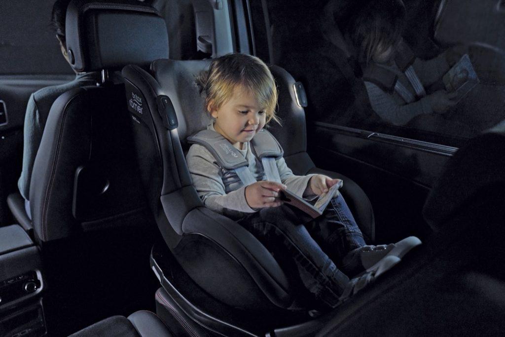 Die neuen iSense-Autositze von Britax Römer verfügen über eine integrierte Leuchteneinheit. So können Kinder bei abendlichen Fahrten auch im Dunkeln in ihren Büchlein schmökern.